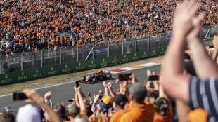 Max Verstappen, celebrando con el público la pole en Zandvoort.