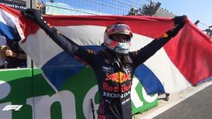 Verstappen celebra con la bandera neerlandesa su trounfo en Zandvoort.