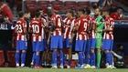 Los jugadores del Atlético durante una pausa para la hidratación.