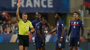 Koundé ve la tarjeta roja con Francia.