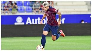 Andrei Ratiu (23) disputando un encuentro con el Huesca.