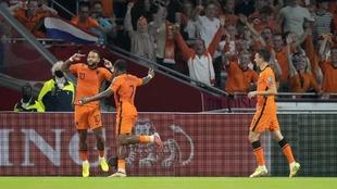 Berghuis, Bergwjin y Memphis Depay celebran el tercer gol de Paíes...
