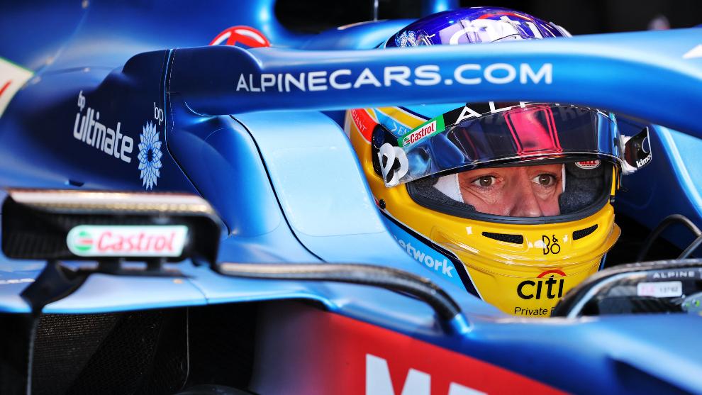 Alonso, concentrado, en el A521.