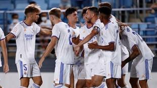 Jugadores del Real Madrid Castilla celebrando un gol contra el San...