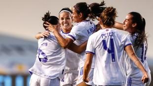 Las jugadoras del Real Madrid celebran el gol de Claudia Zornoza en...