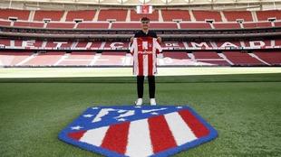 Griezmann posa con la camiseta del Atlético en el Metropolitano.