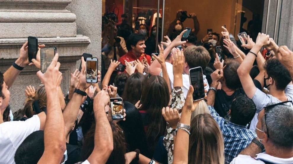 Carlos Sainz arropado por los 'tifosi'