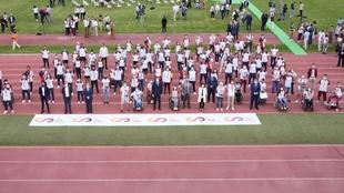 Imagen de las autoridades con los deportistas presentes.