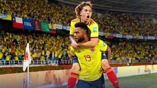 Miguel Borja y Juan Quintero celebrando un gol ante Chile.
