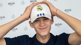 Egor Demin posa con una gorra del Real Madrid tras firmar su contrato.