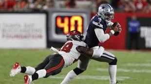 Tampa Bay Buccaneers linebacker Shaquil Barrett sacks Dallas Cowboys...