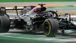 Hamilton, en la primera variante de Monza, con el Mercedes AMG W12.