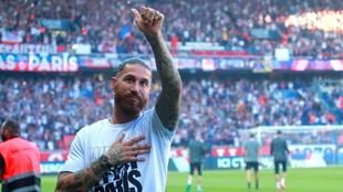 Sergio Ramos saluda durante su presentación como jugador del PSG.