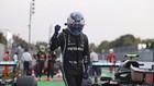Bottas celebra el mejor tiempo en la Clasificación con un gesto de...