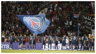 Los jugadores del PSG saludan a su afición