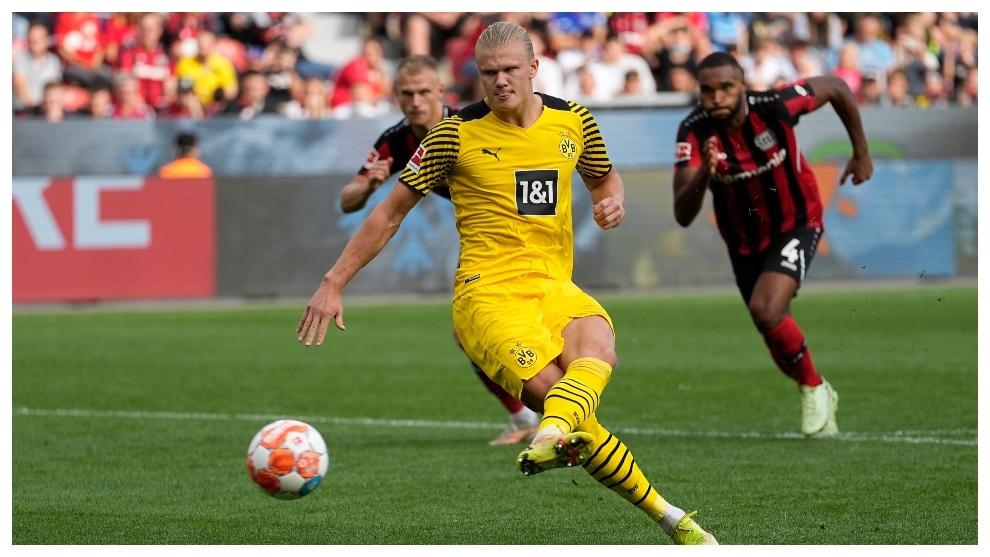 Erling Haaland marca de penalti contra el Leverkusen.
