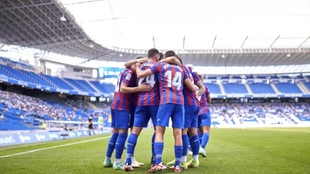 Los jugadores del Eibar celebran el tercer gol sobre el verde del...