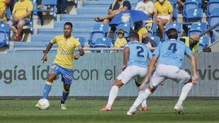 Jonathan Viera, en su vuelta a Las Palmas, avanza con el balón...