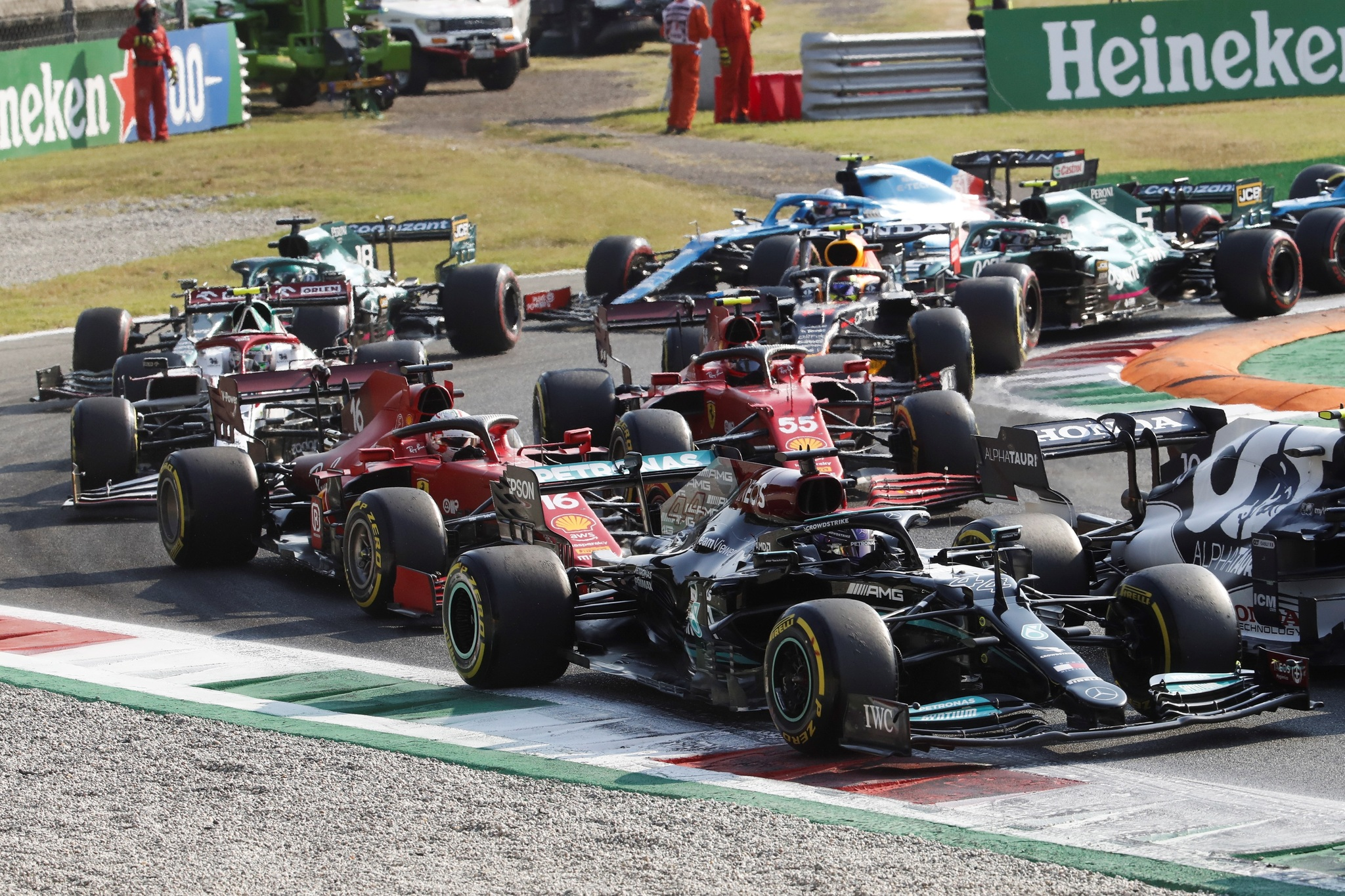 Monza (Italy), 11/09/2021.- British Formula One driver Lewis lt;HIT gt;Hamilton lt;/HIT gt; (front) of Mercedes-AMG Petronas in action during the sprint race of the Formula One Grand Prix of Italy at the Autodromo Nazionale Monza race track in Monza, Italy, 11 September 2021. The 2021 Formula One Grand Prix of Italy will take place on 12 September 2021. (Fórmula Uno, Italia) EFE/EPA/MATTEO BAZZI