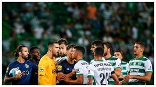 Los jugadores de Oporto y Sporting CP se enfrentan en un lance del...