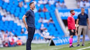 Xabi Alonso, durante el partido contra el Eibar, con Gaizka Garitano...