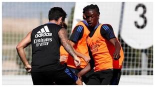 Camavinga, ante Isco en un entrenamiento con el Madrid.
