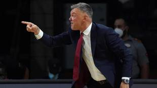 Sarunas Jasikevicius enfadado con sus jugadores durante el partido