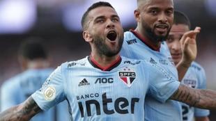 Dani Alves celebrando un gol con el Sao Paulo.