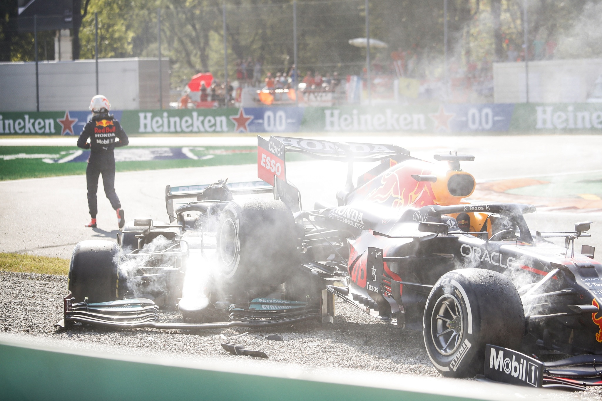 Monza (Italy), 12/09/2021.- Dutch Formula One driver Max lt;HIT gt;Verstappen lt;/HIT gt; (L) of Red Bull Racing walks away after colliding with British Formula One driver Lewis Hamilton of Mercedes-AMG Petronas during the Formula One Grand Prix of Italy at the Autodromo Nazionale Monza race track in Monza, Italy, 12 September 2021. (Fórmula Uno, Italia) EFE/EPA/MATTEO BAZZI