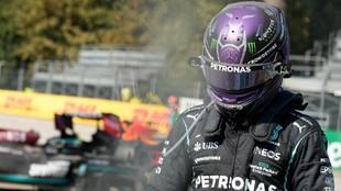 Hamilton, abandonando el escenario del choque en Monza.