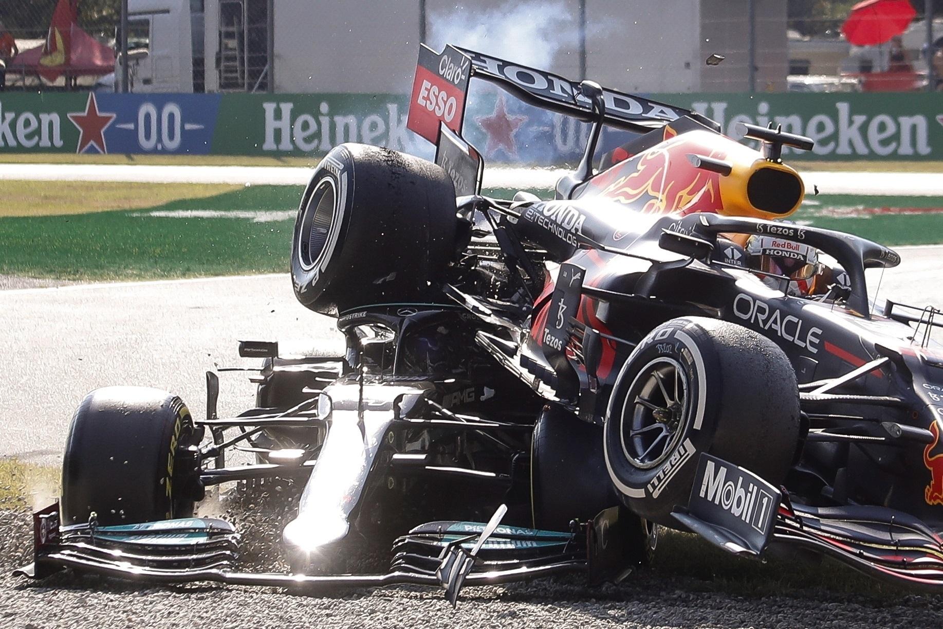 -FOTODELDÍA- MONZA (ITALIA), 12/09/2021.- El piloto holandés de Fórmula Uno Max lt;HIT gt;Verstappen lt;/HIT gt; (d), del equipo Red Bull Racing, sufre un accidente junto al piloto británico Lewis Hamilton (i), del equipo Mercedes-AMG Petronas, durante el Gran Premio de Fórmula Uno de Italia, este domingo en Monza. EFE/ Matteo Bazzi