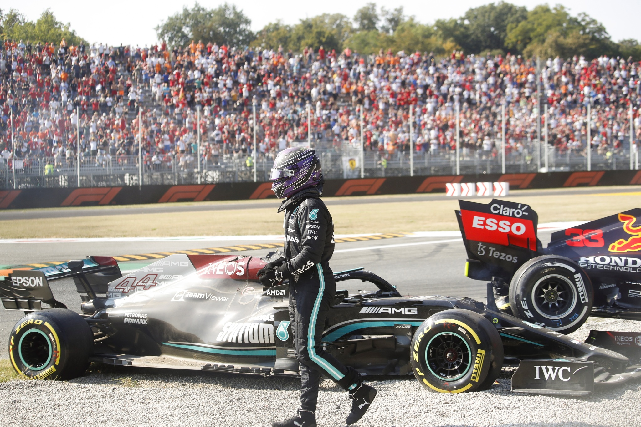 Monza (Italy), 12/09/2021.- British Formula One driver Lewis Hamilton of Mercedes-AMG Petronas walsk away from his car after colliding with Dutch Formula One driver Max lt;HIT gt;Verstappen lt;/HIT gt; of Red Bull Racing during the Formula One Grand Prix of Italy at the Autodromo Nazionale Monza race track in Monza, Italy, 12 September 2021. (Fórmula Uno, Italia) EFE/EPA/MATTEO BAZZI