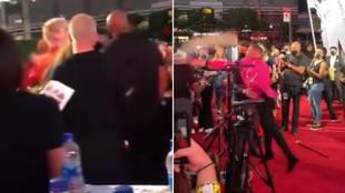 ¡McGregor se pega con el novio de Megan Fox en la Alfombra Roja de los MTV Music Awards!