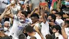 Vinicius celebra el tanto en la grada con los aficionados del Real...
