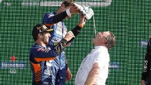 Ricciardo y Norris, con el famoso 'shoey' que ayer también...