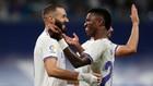 Benzema y Vini Jr celebran el quinto gol del Madrid al Celta