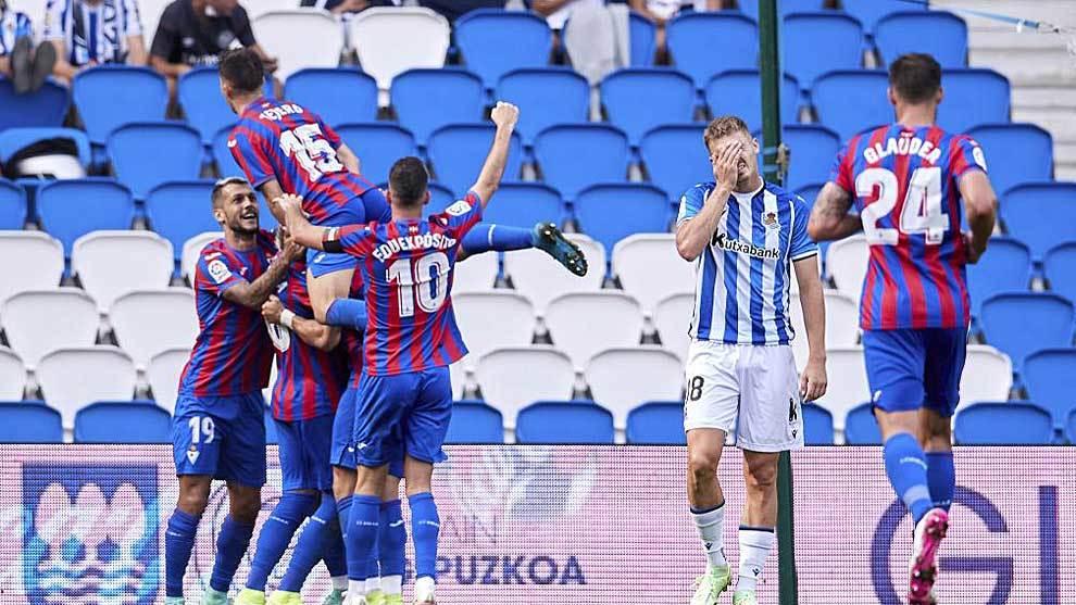 Los jugadores del Eibar celebran uno de los tres goles anotados en San Sebastián