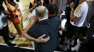 Pablo Laso y Sergio Llull se abrazan tras la final de la Supercopa...