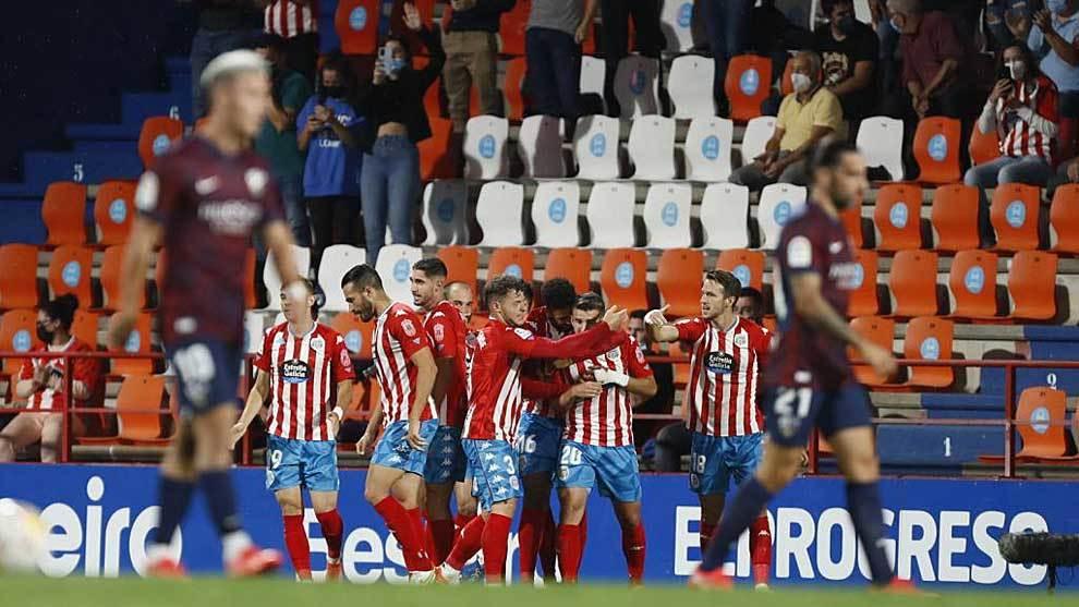 Los jugadores del Lugo celebran uno de los tres goles al Hueca