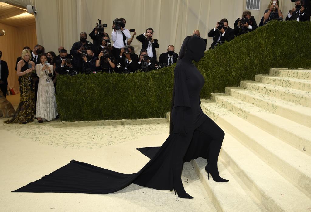 Kim Kardashian, con el peculiar vestido de Balenciaga /