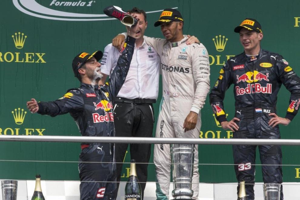 Daniel Ricciardo haciendo el 'shoey' por primera vez en Alemania 2016
