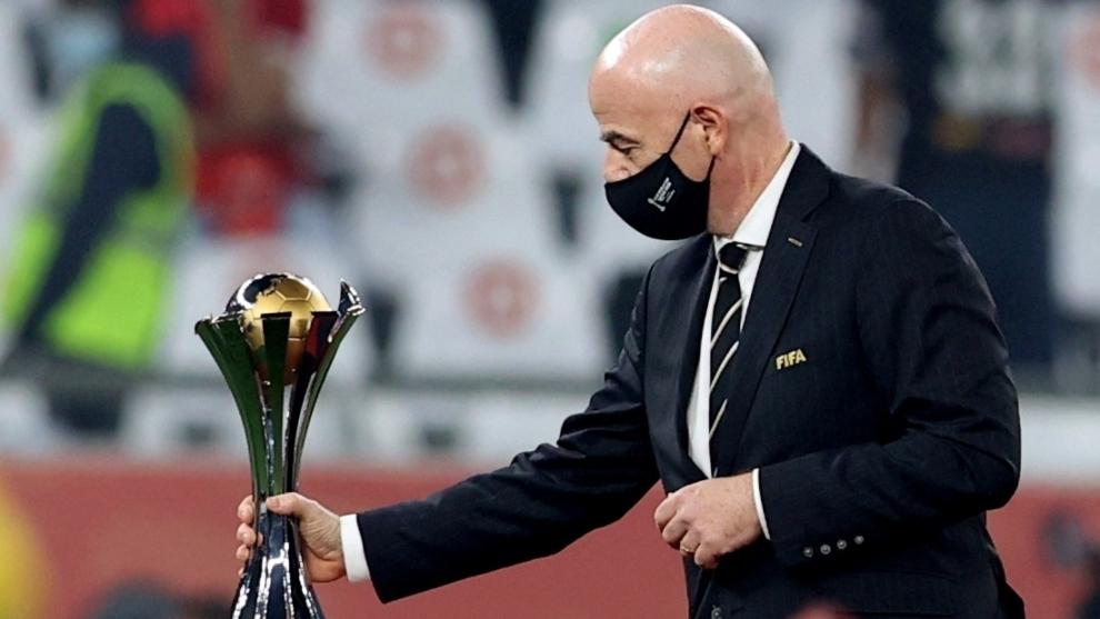 Gianni Infantino con el trofeo del Mundial de Clubes 2020  