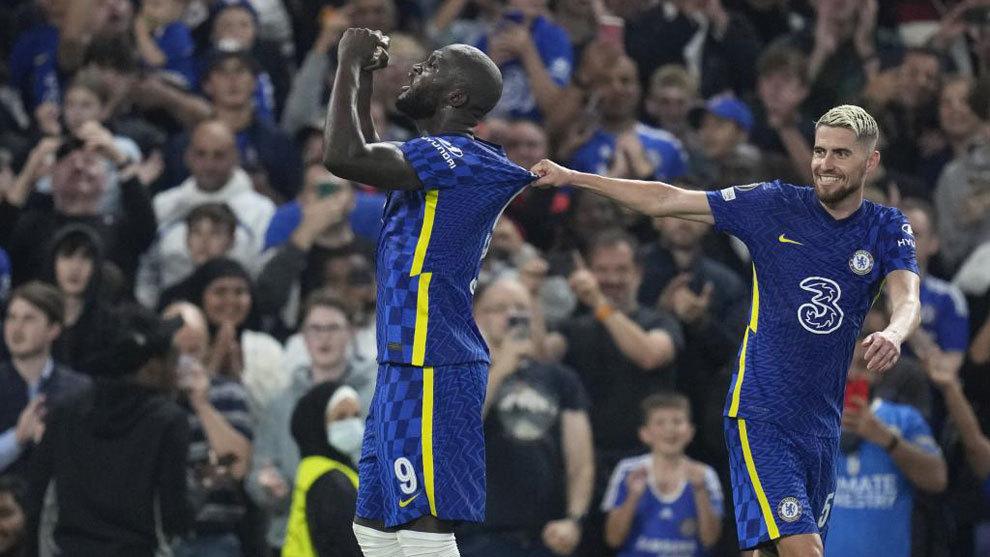 Lukaku celebra con Jorginho su gol al Zenit.