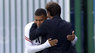 Leonardo  se abraza con Mbappé.