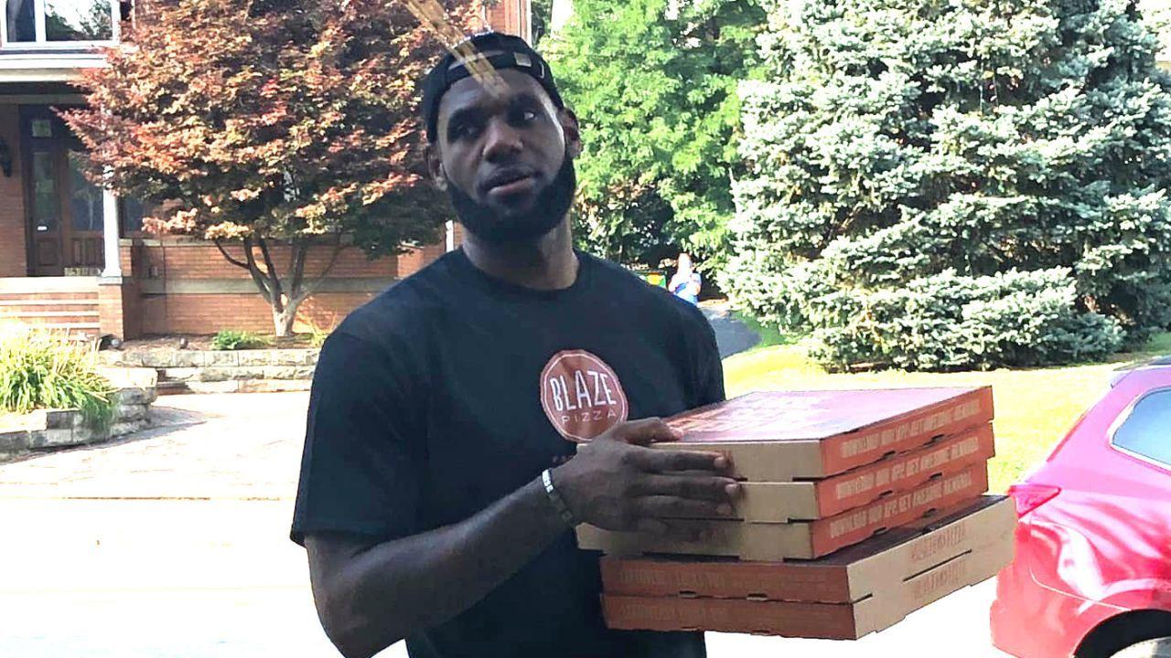 LeBron James, repartiendo pizzas de Blaze, compañía de la que es accionista.