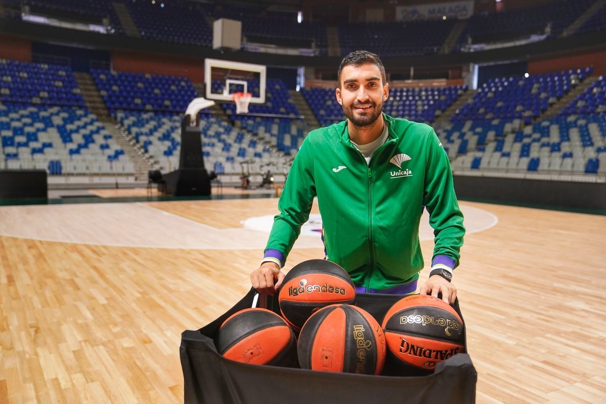 Jaime Fernández poses with the basketball cart before Unicaja's training session.
