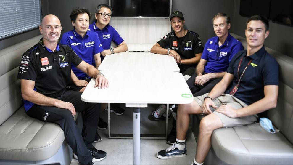Morbidelli, al fondo, acompañado por los dirigentes del equipo japonés.