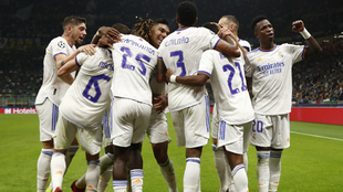 Festejo del Real Madrid ante el Inter de Milán en San Siro.