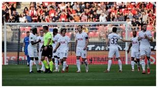 Los jugadores del Tottenham celebran el tanto inicial de Lucas Moura.