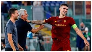 Gianluca Mancini celebra su gol con José Mourinho.